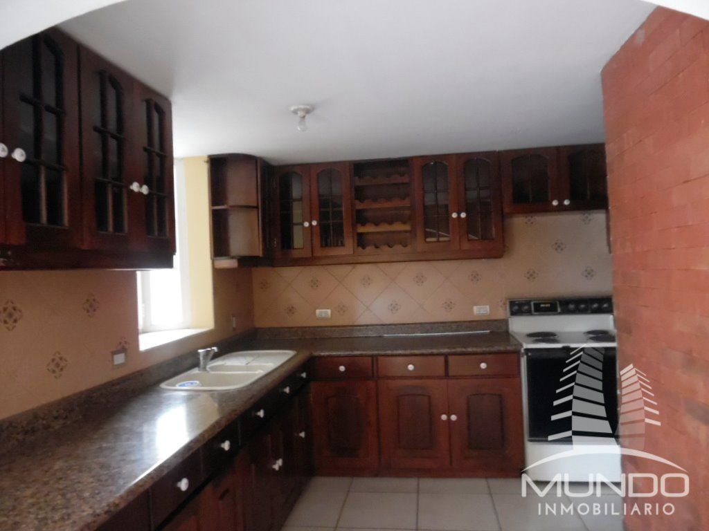 2 de 13: Cocina con gabinetes y top de granito
