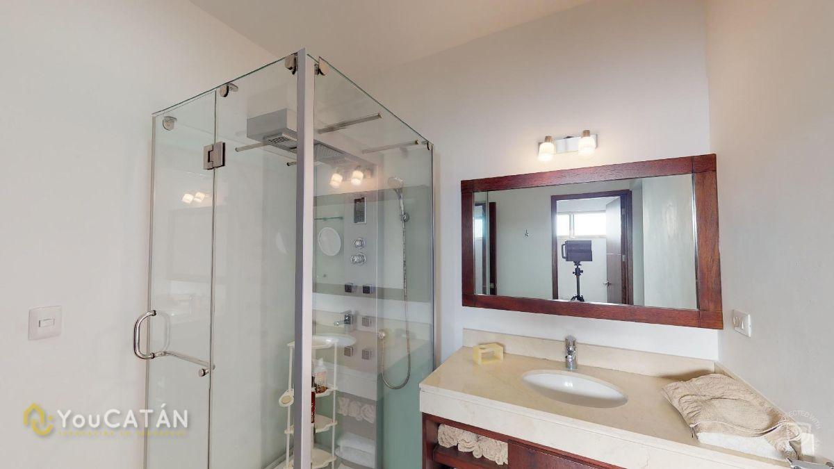 33 de 45: Baño Principal con regadera, jacuzzi, vestidor doble