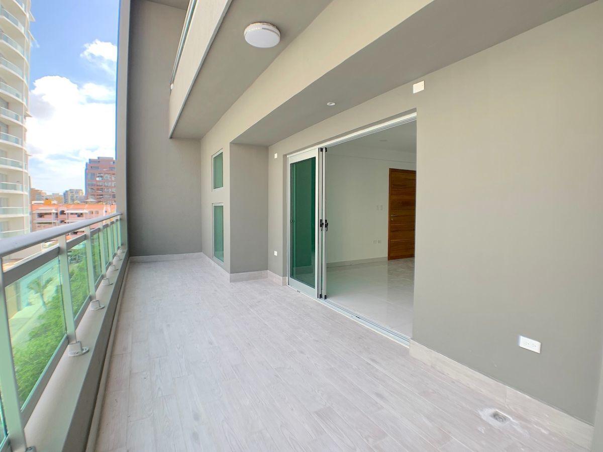 3 de 20: Balcón amplio tipo terraza con orientación SUR