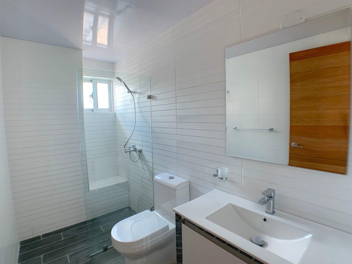 15 de 20: Baño habitación secundaria 1 con ventana al exterior