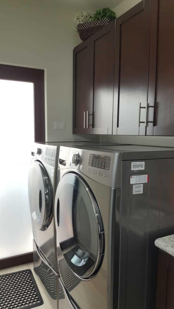 18 de 25: lavadora y secadora en cuarto de lavanderia
