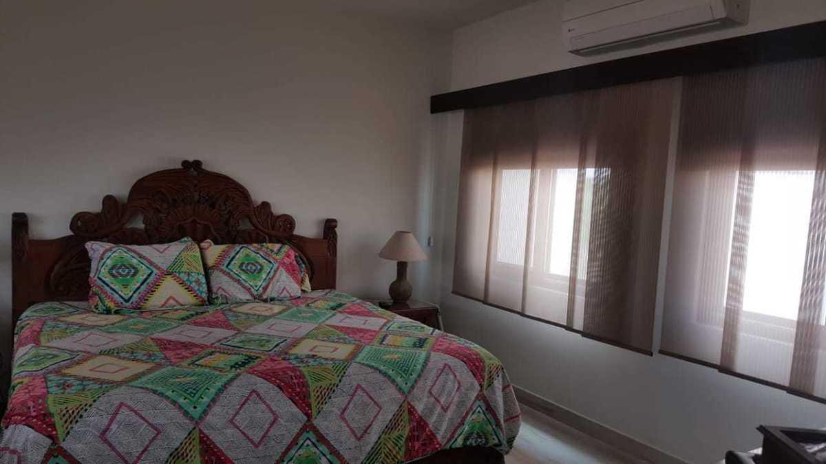 13 de 25: recamara principal con cama king size, vestidor y baño