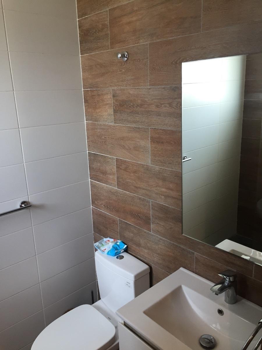 8 de 26: Baño en habitación