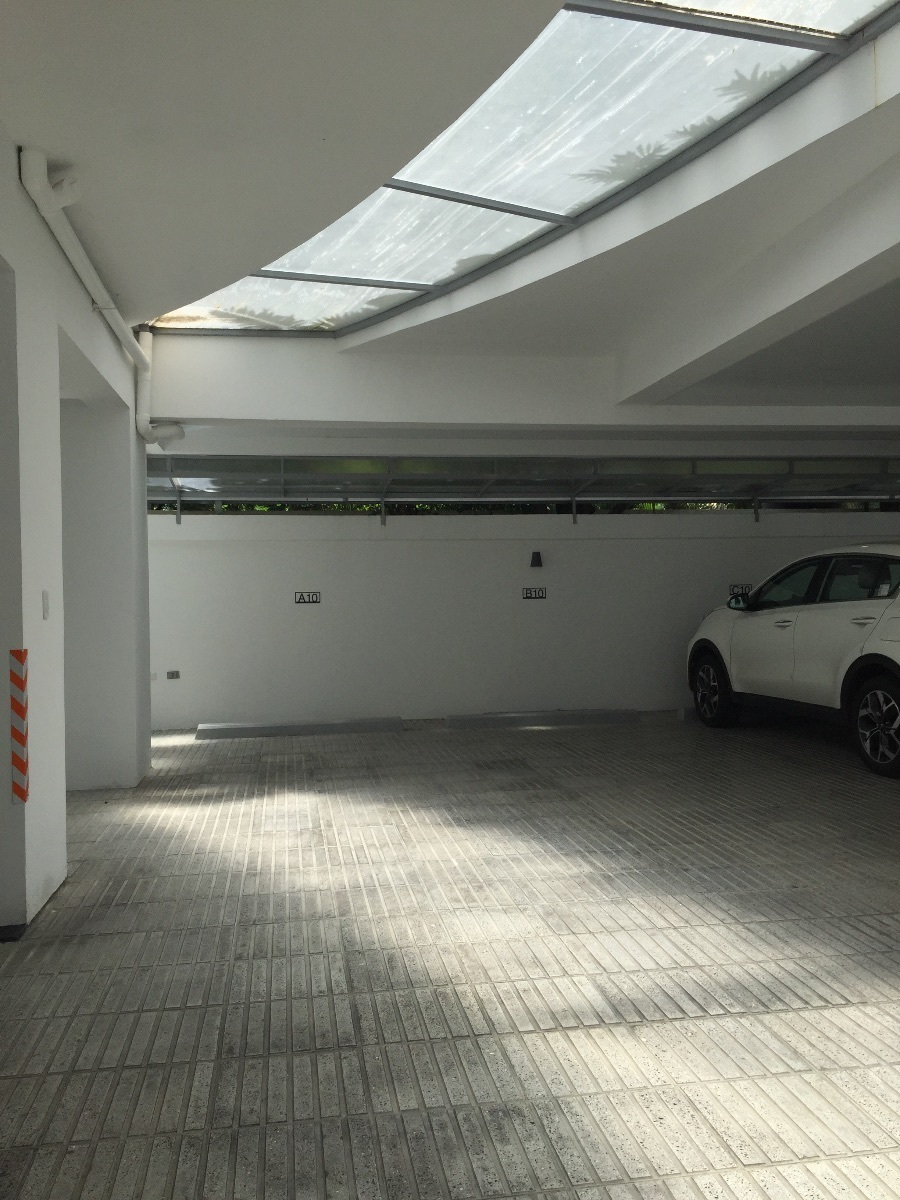 25 de 26: Parqueo techado