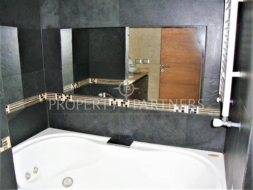 12 de 14: Baño principal con jacuzzi y piso piedra pizarra