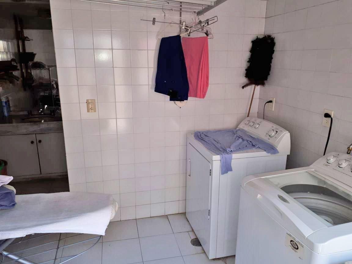 44 de 45: Cuarto de lavado con baño completo