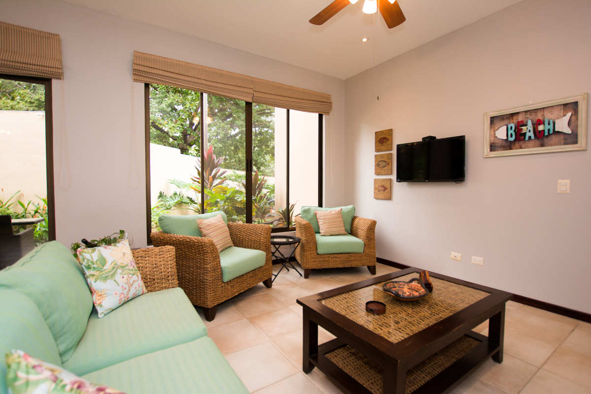 6 of 19: Spacious living room