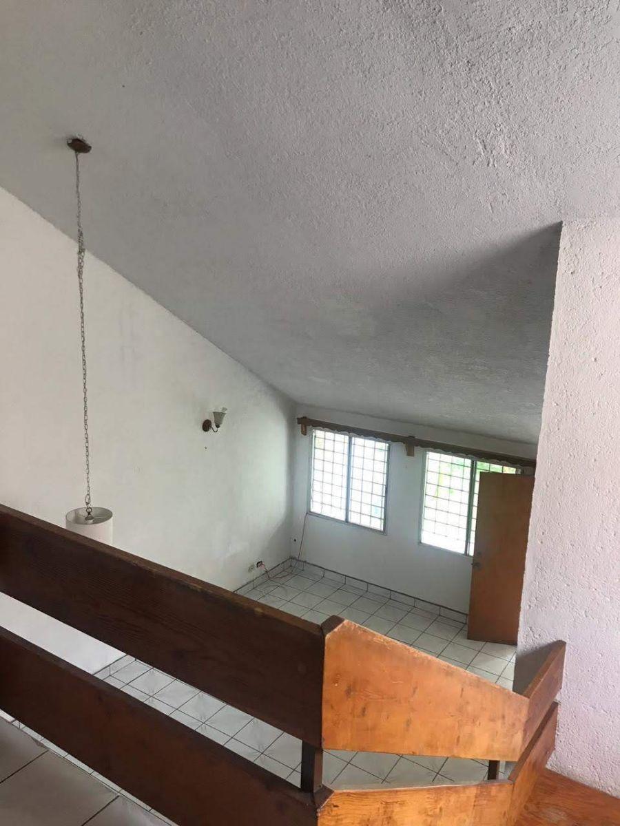 12 de 19: Vista a la sala desde la planta alta
