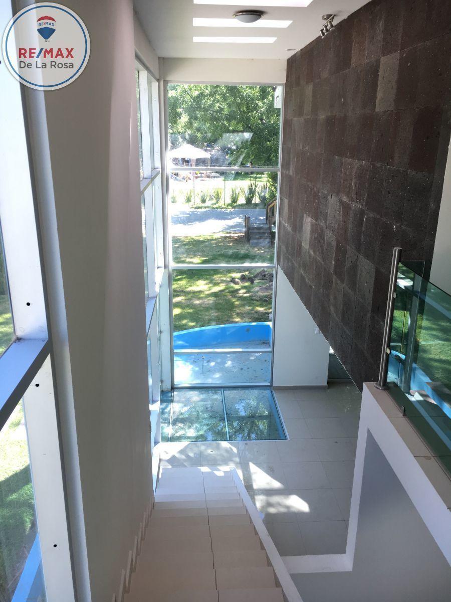 16 de 31: Vista a acceso doble altura, espejo de agua.