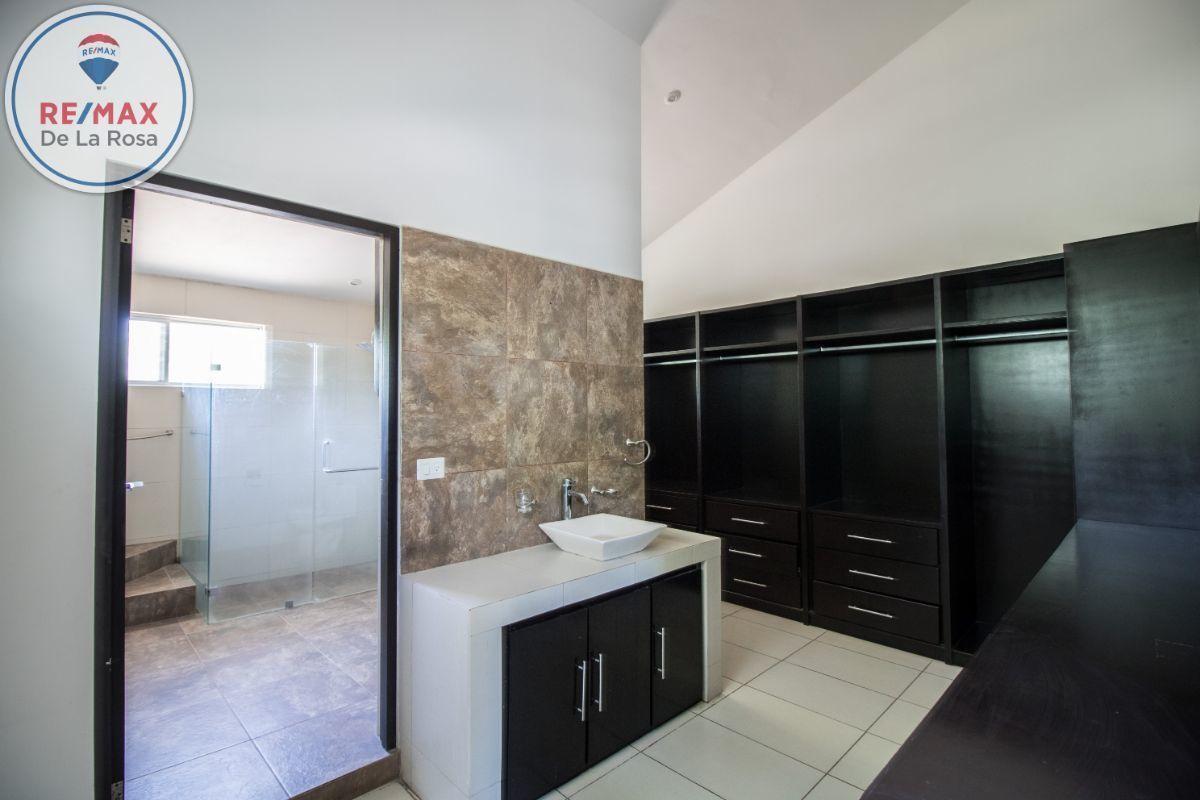 26 de 31: Baño y amplio vestidor de Recámara principal.