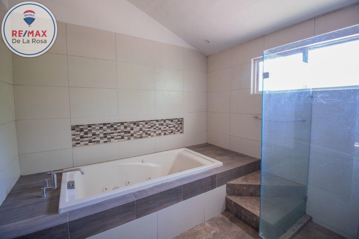 27 de 31: Baño Recámara principal, con jacuzzi.