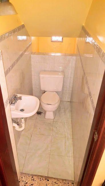 11 de 24: Medio baño en primer nivel.