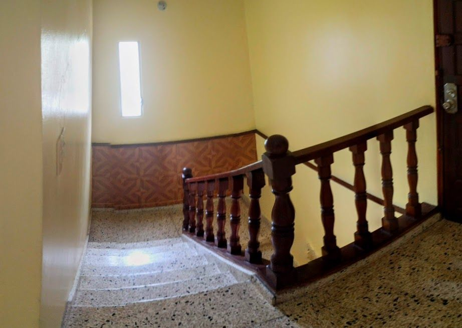 14 de 24: Escalera al segundo nivel.