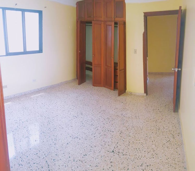 17 de 24: Habitación principal. Area del closet y vestier .