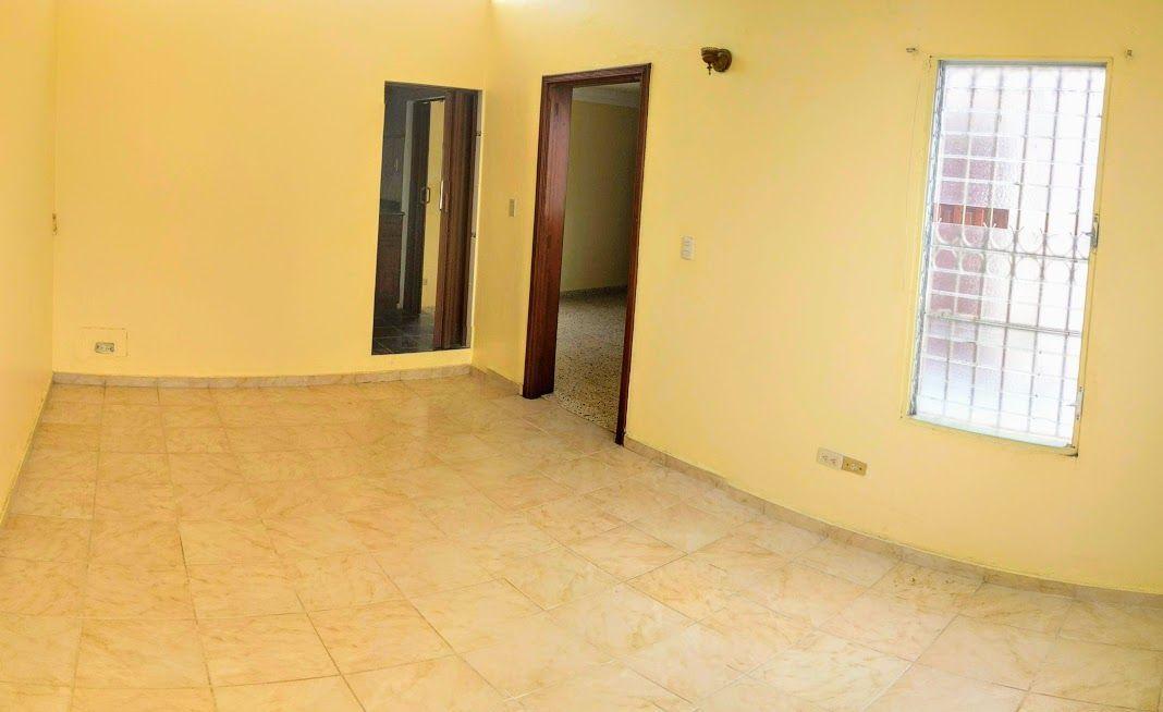 18 de 24: Habitación principal . Area para la cama y mesas de noche.