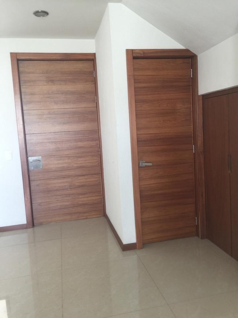 10 de 47: puerta de ingreso, puerta de medio baño y bodega