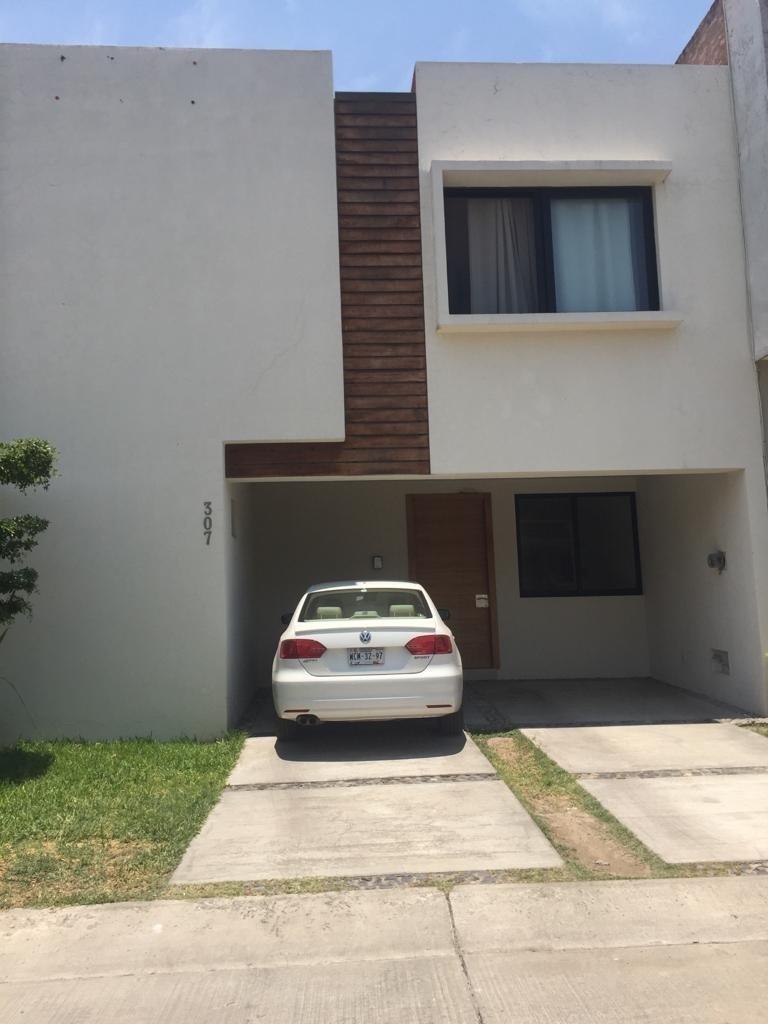 28 de 47: frente de casa en condominio Residencial Elite