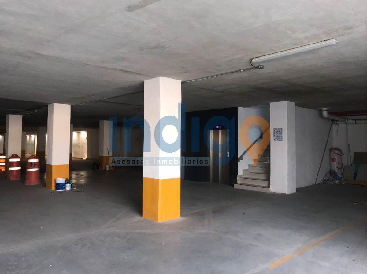 17 de 22: Estacionamiento sótano, elevador y escaleras