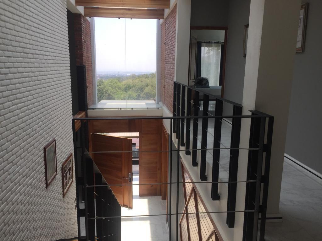 5 de 43: Pasillo de entrada y escaleras