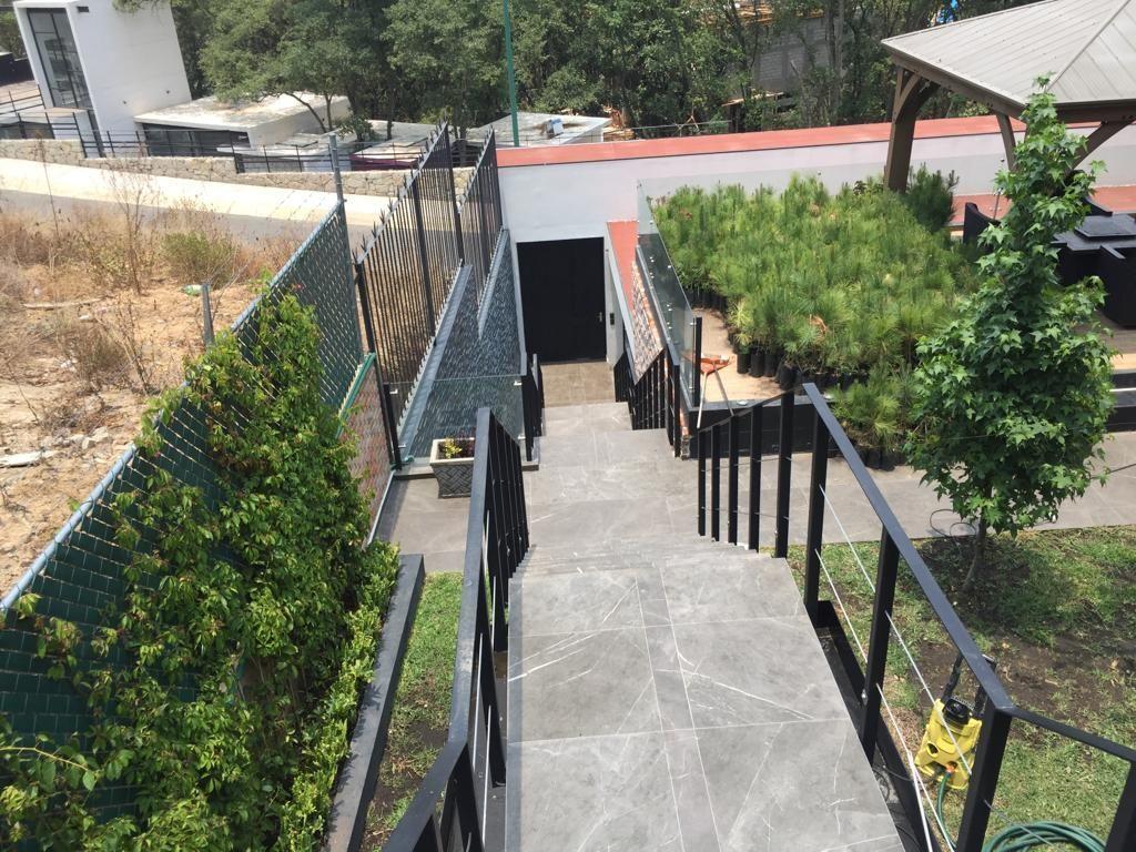 3 de 43: Escaleras hacia la entrada