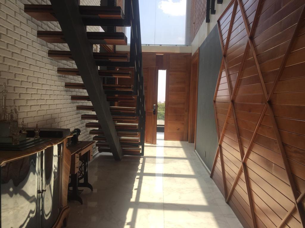 6 de 43: Pasillo de entrada y Escaleras