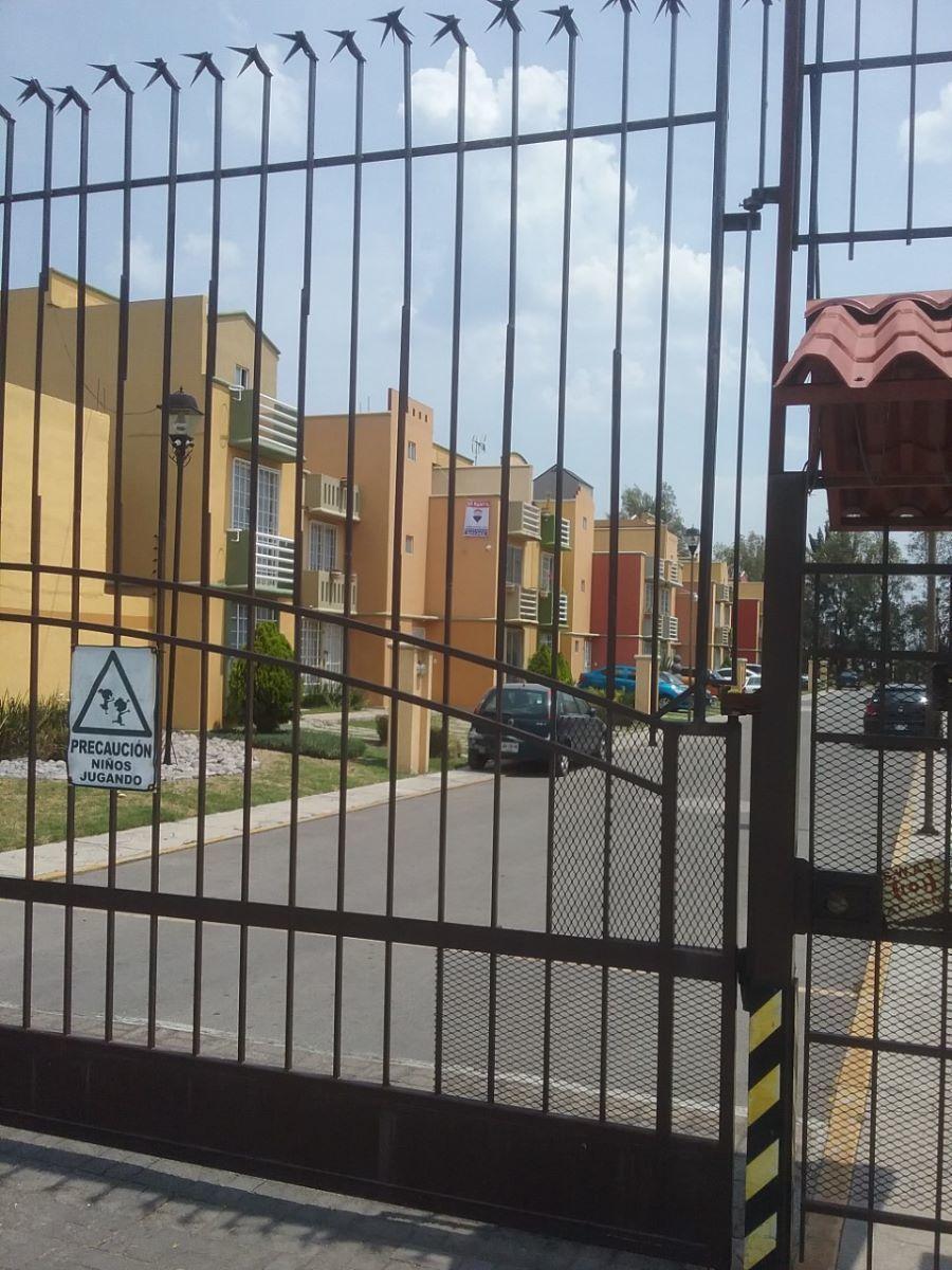 1 de 15: Entrada a la privada mediante portón eléctrico.