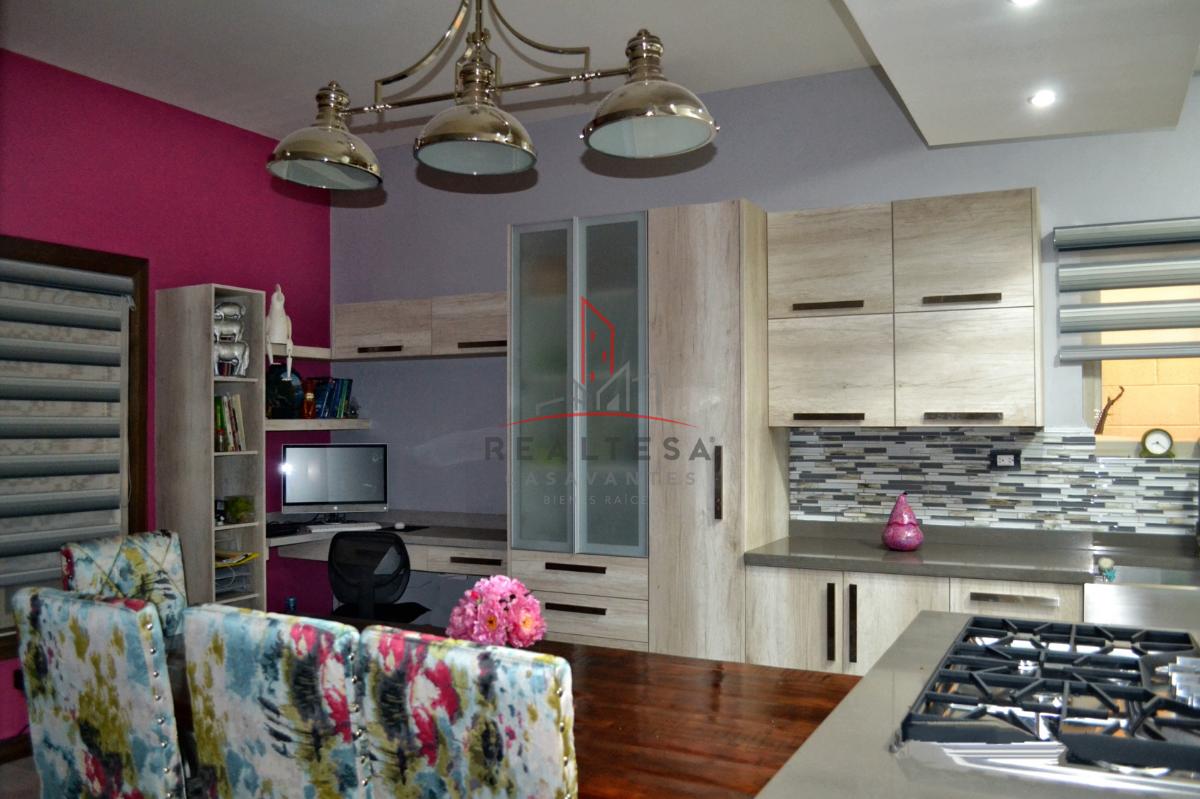 3 de 23: Área de cocina con oficina equipada