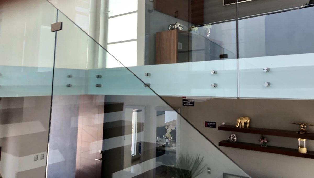 10 de 18: Detalle escalera-pasillo.