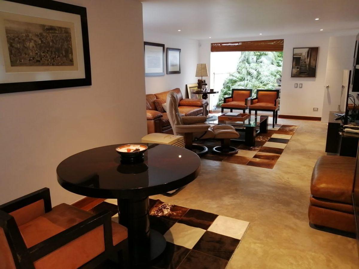 16 de 42: Sala de estar en el primer nivel de la casa