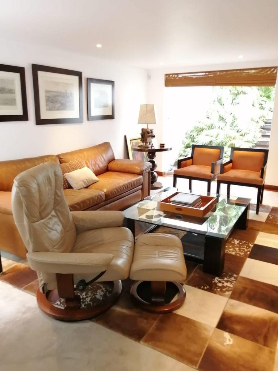 15 de 42: Sala de estar en el primer nivel de la casa
