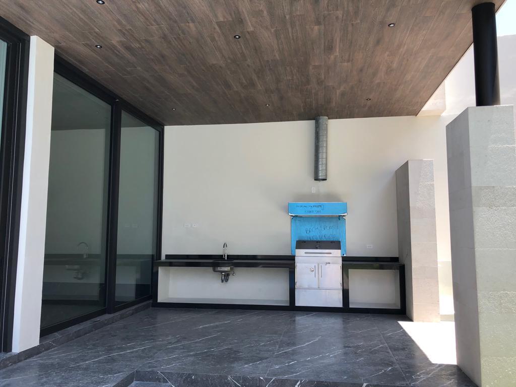 3 de 7: Área exterior con asador junto a la alberca