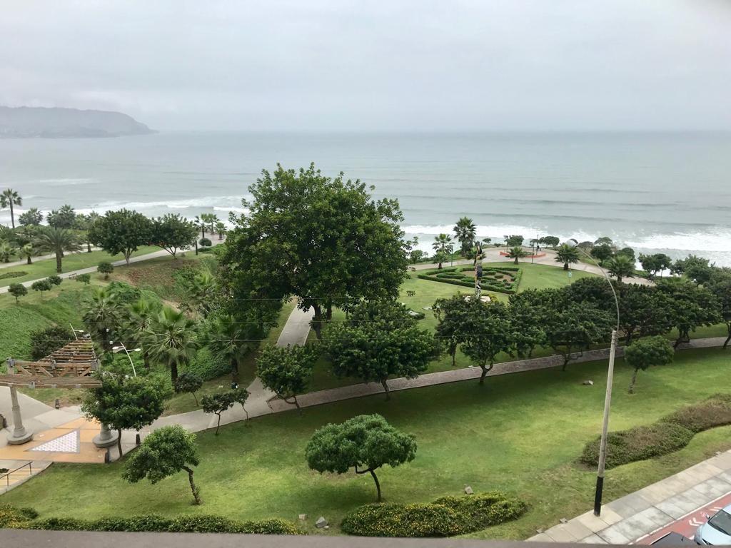 3 de 4: Vista al mar y parque desde la terraza.