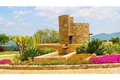 2 of 5: Hermosos jardines decoran todo el fraccionamiento.
