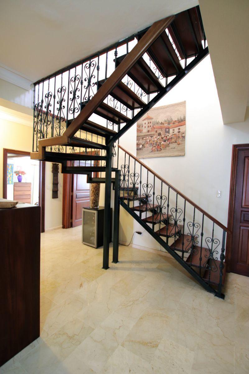7 de 36: escalera hacia terraza en 2ndo nivel