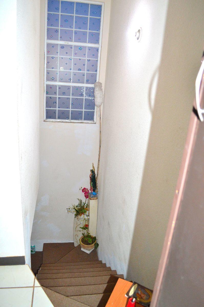 3 de 9: ventanal con protecciones que permite entrada de luz natural