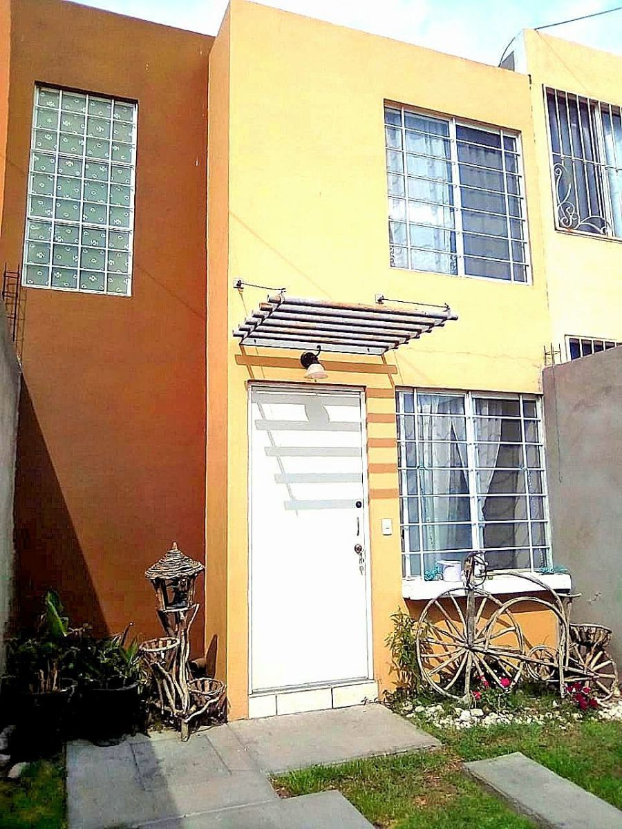 1 de 9: Entrada principal con portón, protecciones en ventanas