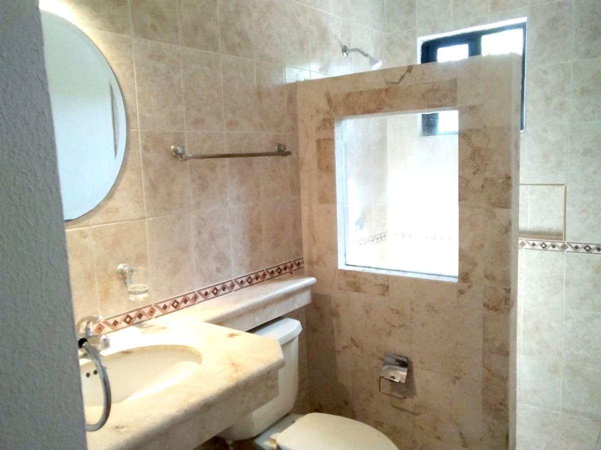 19 of 27: baño (dos baños en segundo nivel) son iguales