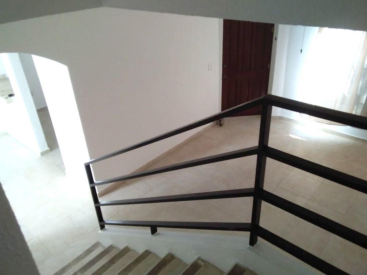 25 of 27: vista desde escaleras - sala