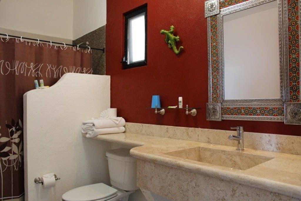 8 of 13: Baños con lavabos en mármol