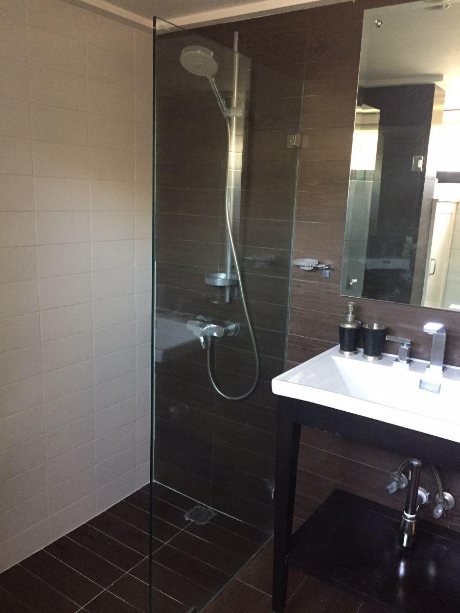 15 de 17: Bano principal amplio con ducha.