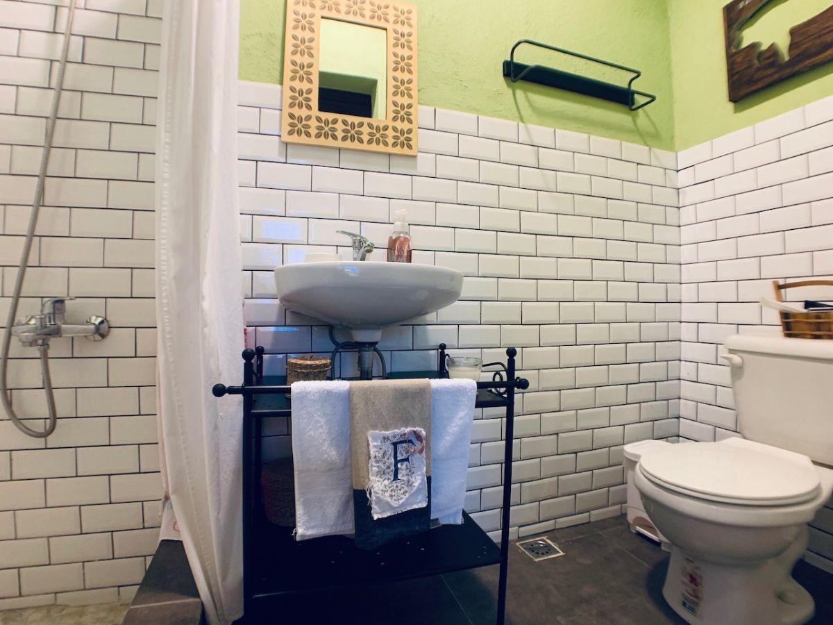 12 de 36: Baños revestidos en cerámica importada