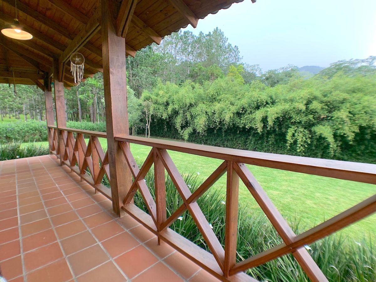 15 de 36: Baranda de calidad y vista parcial patio lateral -frontal