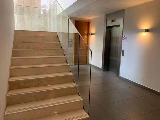 11 de 26: Hall ascensores y escalera piso oficinas