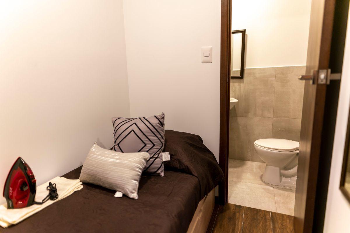 10 de 50: dormitorio de servicio con baño