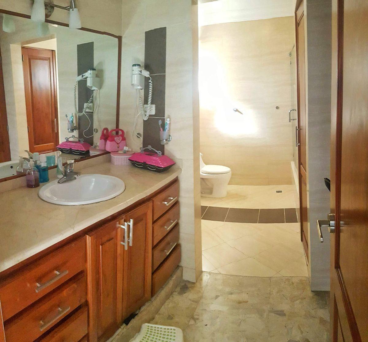 13 de 23: Baño de la habitación 1