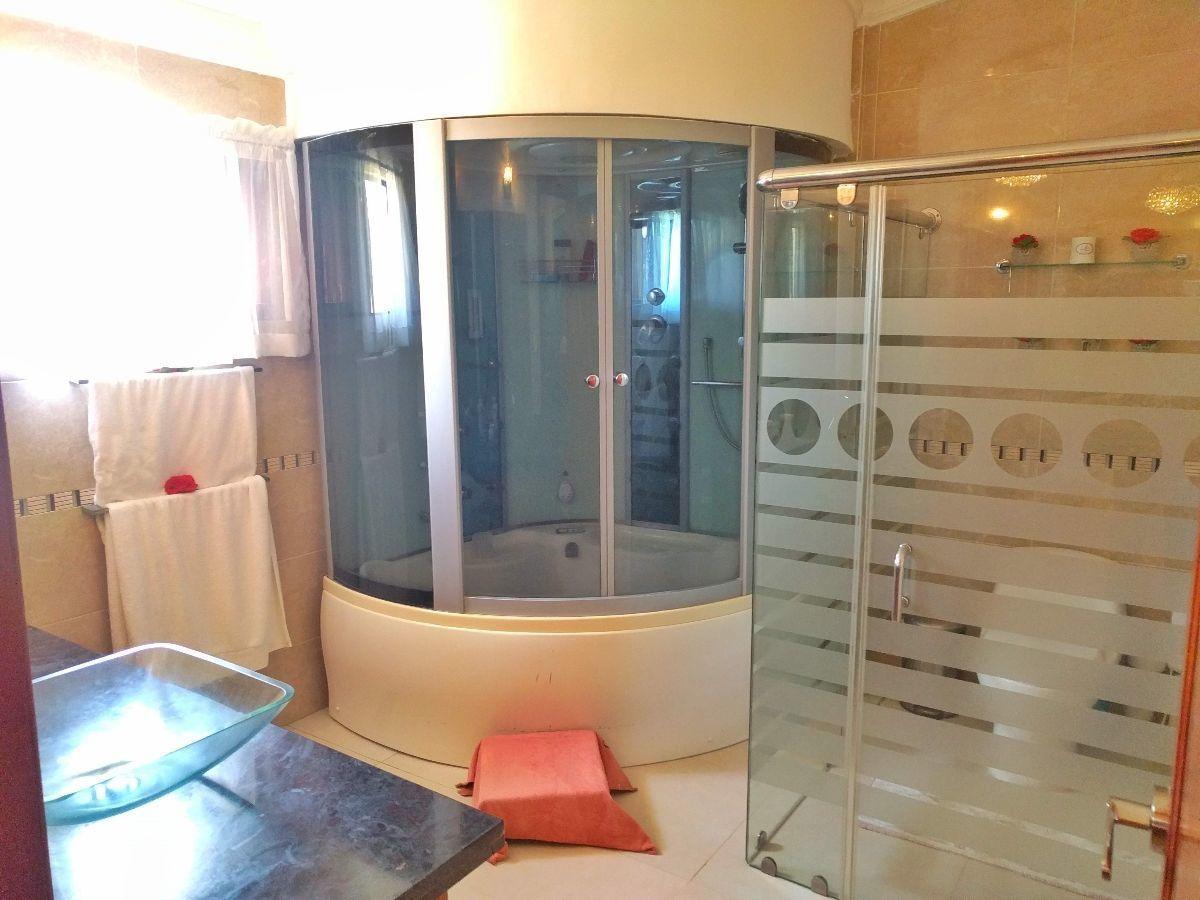 17 de 23: Baño de la habitación ppal. con jacuzi y cabina.