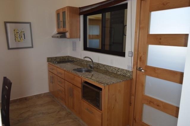 6 de 11:  cocina con gabinetes de Madera Alder y barra de granito