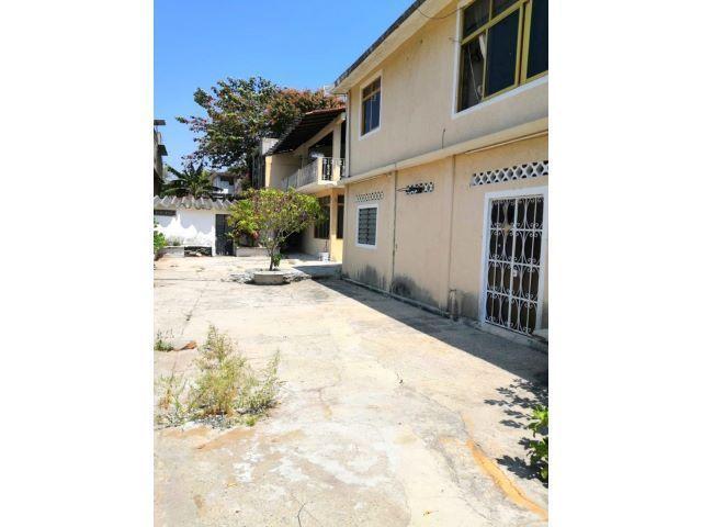 28 de 28: casa con amplio terreno para estacionamiento