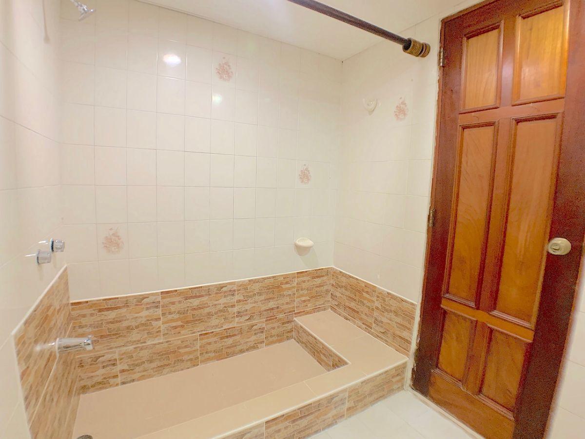 14 de 17: Baños con pileta en área de ducha