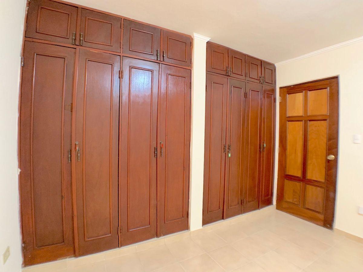 15 de 17: Closet de pared a pared en habitación principal